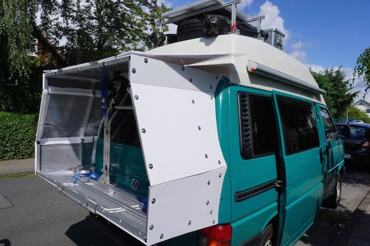 Weltreisetauglicher VW Bus mit Fahrradbox.