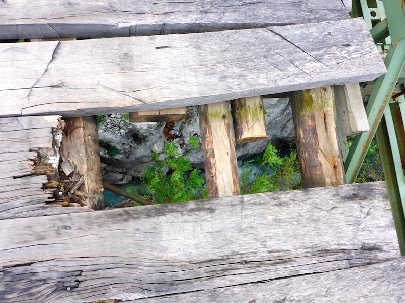 Holzbrücke in Vermosh in Albanien Grenze  Montenegro
