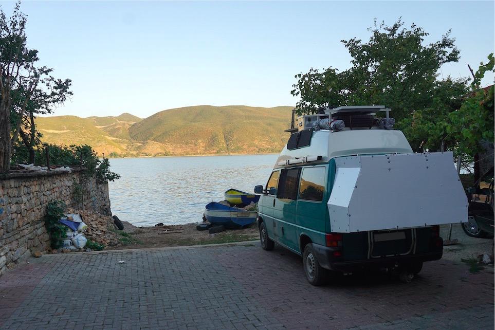 Parkplatz in Lin Ohrid See Albanien