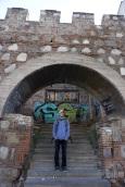 Eini vor der alten Mauer in Tbilisi.