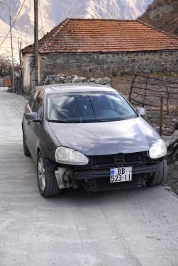 Autos ohne Stoßstange. Alltäglich in Georgien.