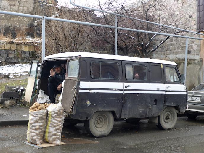 Kartoffelverkäufer in Gyumri, Armenien.