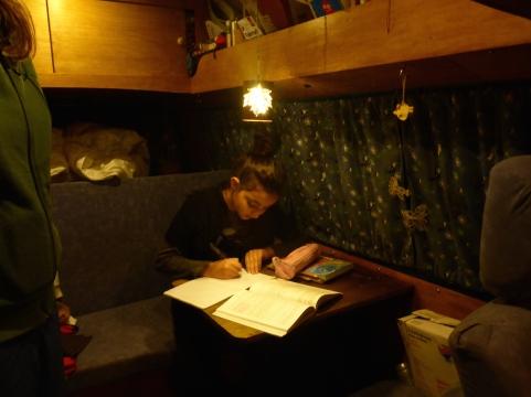 Hausaufgaben im Bus.