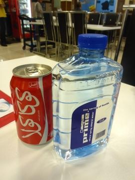 Iranische Coke und lustige Wasserflasche.