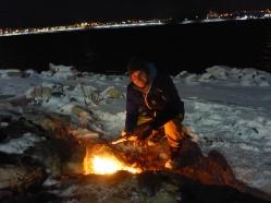 Kleines Lagerfeuer am See.
