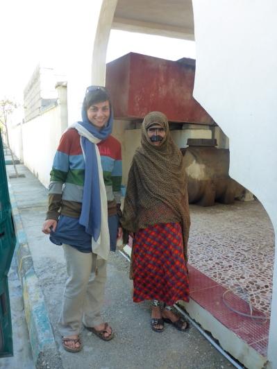 Isi mit einer traditionell gekleidete Einheimische Frau.