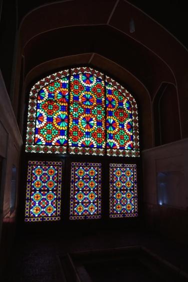 Buntglasfenster.