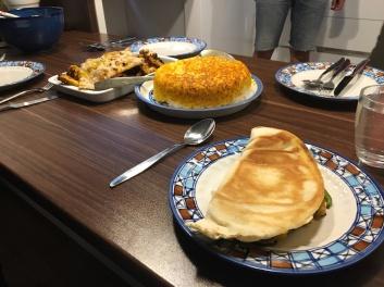 Hühnchen-Kebab, Iranian style Reis und ein vegetarischer Wrap.