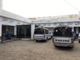 Die Polizeistation. Links: Außenbereich der Gefängniszelle.