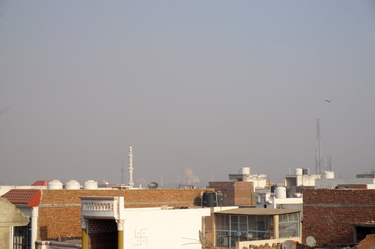 Erster Blick durch den Smog aufs Taj Mahal.