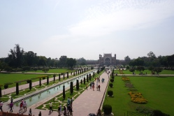 Blick auf den Garten vor dem Taj Mahal.