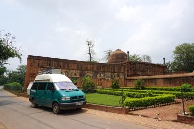 Vor dem Mausoleum in Gaur.