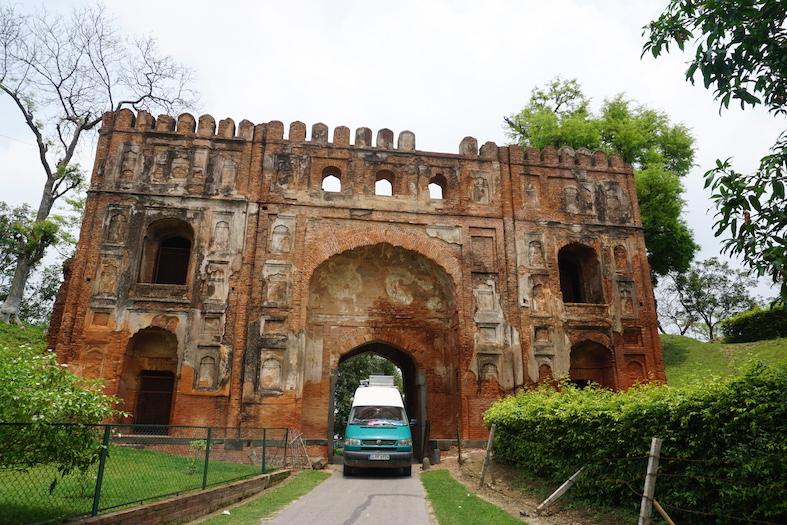 Tor in der Ruinenstadt Gaur, Westbengalen, Indien.