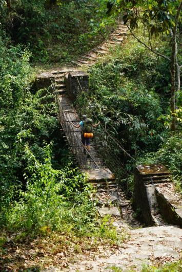 Flussüberquerung im Wald.