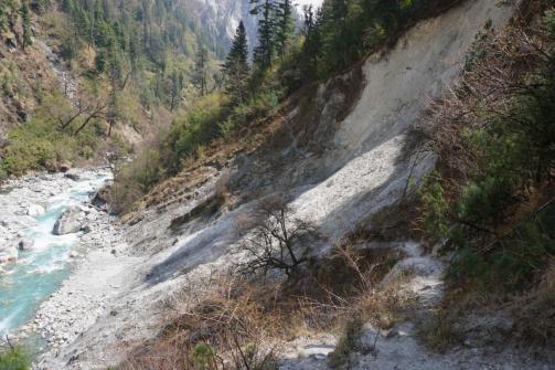 Mehrere Erdrutsche erschweren das Vorankommen.