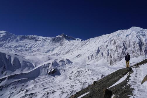 """Im Hintergrund der Bergkamm """"Grande Barrière""""."""