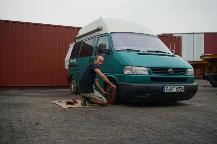 Montage der Container Reifen.