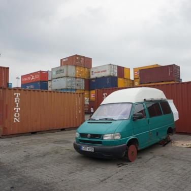 Container-Burg als Schutz vor Hafenverkehr.