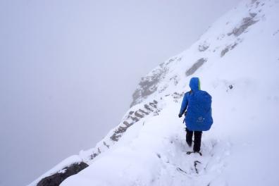 Abstieg im Schnee.
